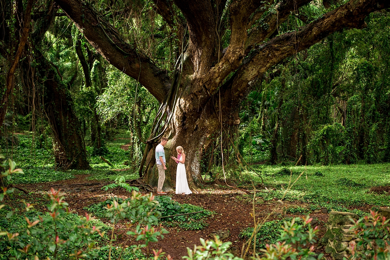 groom proposes in maui jungle